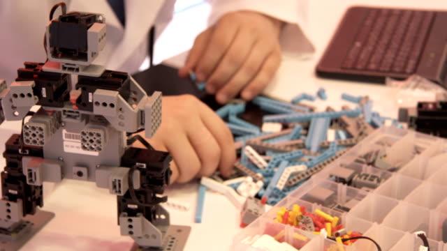 Der Student schafft einen Roboter im Labor – Video