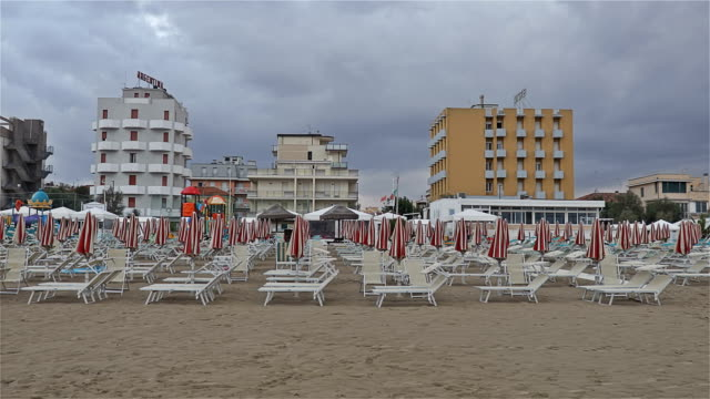 yaz bitmek üzere olduğunu. senigallia beach, i̇talya. - ravenna stok videoları ve detay görüntü çekimi
