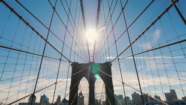 ニューヨークのシンボルの一つであるブルックリン橋の上の太陽 - 叙情的な内容点の映像素材/bロール