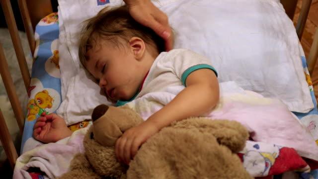 stockvideo's en b-roll-footage met de zoete baby slaapt in een bed met een teddybeer. - sleeping illustration
