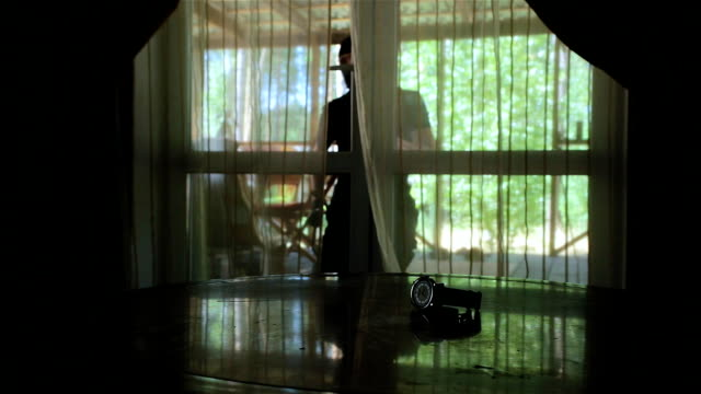 tjuven kommer in i huset. - på tå bildbanksvideor och videomaterial från bakom kulisserna