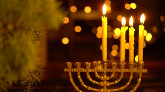 la terza notte di hanukkah. tre luci nella menorah - candeliere video stock e b–roll