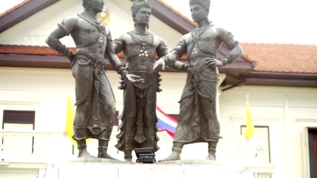 stockvideo's en b-roll-footage met de drie koningen monument van chiang mai, thailand. - {{asset.href}}