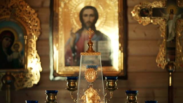 vidéos et rushes de le trône dans l'église orthodoxe - baptême
