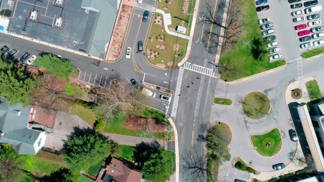 die zeitraffer-luftbild von der stadt scarsdale, westchester county, new york state, usa. - straßenkreuzung videos stock-videos und b-roll-filmmaterial