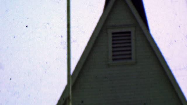 1957: il luogo di culto religioso della piccola chiesa è pieno di domenica. - chiesa video stock e b–roll