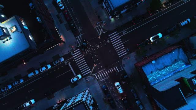 vídeos de stock, filmes e b-roll de a parte superior diretamente acima visão noturna de interseção na cidade - brooklyn, nova iorque - entroncamento estrada