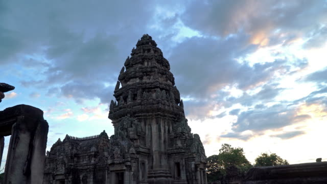 vídeos de stock, filmes e b-roll de o topo do castelo é esculpido em vários deuses. - phimai