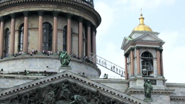 den högsta punkten, folk klättra en stege, kupolen i isakskatedralen i sankt petersburg, ryssland - isakskatedralen bildbanksvideor och videomaterial från bakom kulisserna