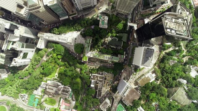 vídeos de stock e filmes b-roll de the top view of the building tower in green hong kong city - green city
