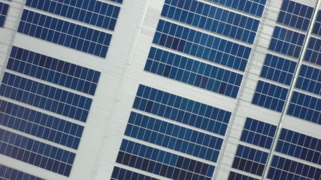 den översta vyn av sol cellerna på taket - roof farm bildbanksvideor och videomaterial från bakom kulisserna