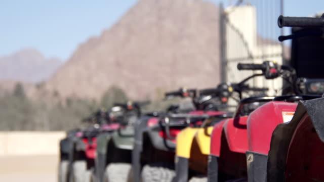 Die Touristen fahren auf Quads durch die heiße Wüste – Video