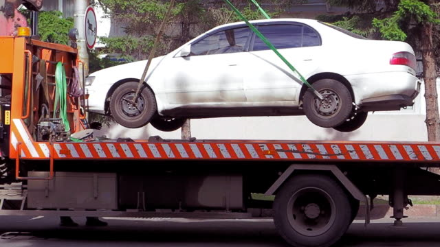 the tow truck lifts and loaded the car - rimorchiatore video stock e b–roll