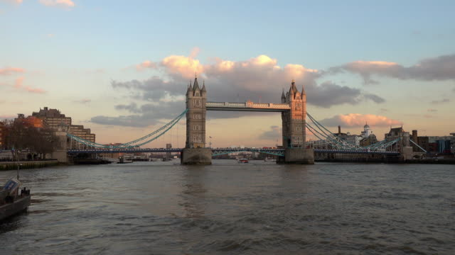 the tower bridge london from river thames - inghilterra sud orientale video stock e b–roll