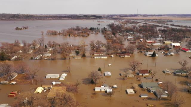 vidéos et rushes de la ville de pacific junction iowa est complètement submergée dans le déluge de mars 2019 - endommagé