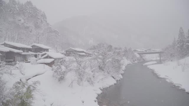 Les maisons au toit de chaume traditionnellement de Shirakawa-go où est le village de montagne dans la neige près de la préfecture de Gifu, d'Ishikawa et de Toyama, en hiver, Japon - Vidéo