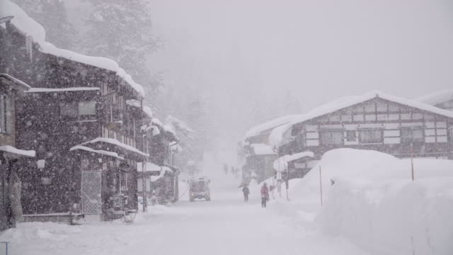 vídeos de stock e filmes b-roll de the traditionally thatched houses in shirakawa-go where is the mountain village among the snow near gifu, ishikawa, and toyama prefecture in the winter, japan - cena não urbana