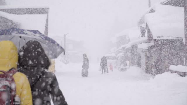 traditionellt halmtak husen i shirakawa-go där är bergsbyn bland snön nära gifu, ishikawa och toyama prefektur på vintern, japan - snöstorm bildbanksvideor och videomaterial från bakom kulisserna