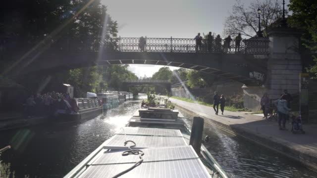 vídeos y material grabado en eventos de stock de el refugio tranquilo de un barco estrecho a su paso por regents park - estrecho