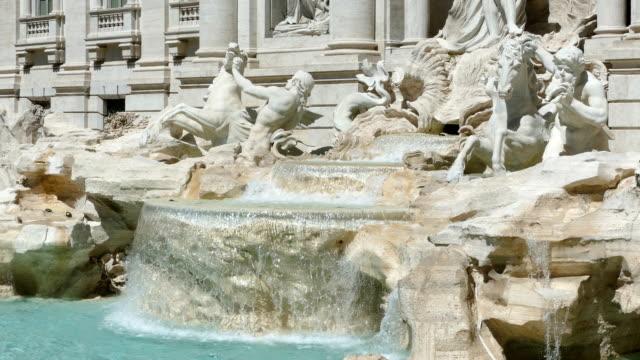 vidéos et rushes de la fontaine de trevi à rome, italie - fontaine