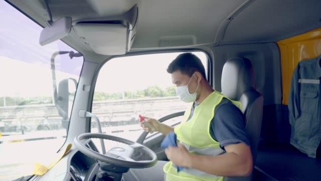 der lkw-fahrer trägt eine medizinische maske. - straßenfracht stock-videos und b-roll-filmmaterial