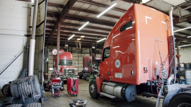 lastbilen är i verkstaden. - mekaniker bildbanksvideor och videomaterial från bakom kulisserna