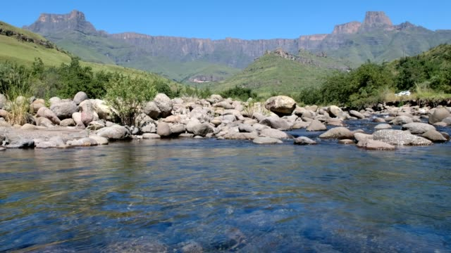 The Tugela river flows below the Amphitheatre The Tugela river flowing from the might Amphitheatre and the Drakensberg Mountains, Kwa-Zulu Natal, South Africa natal stock videos & royalty-free footage