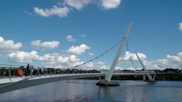 the unique design of the peace bridge - графство дерри стоковые видео и кадры b-roll