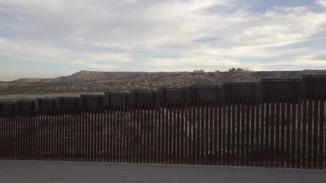the united states mexico international border wall between sunland park new mexico and puerto anapra, chihuahua mexico - мексика стоковые видео и кадры b-roll