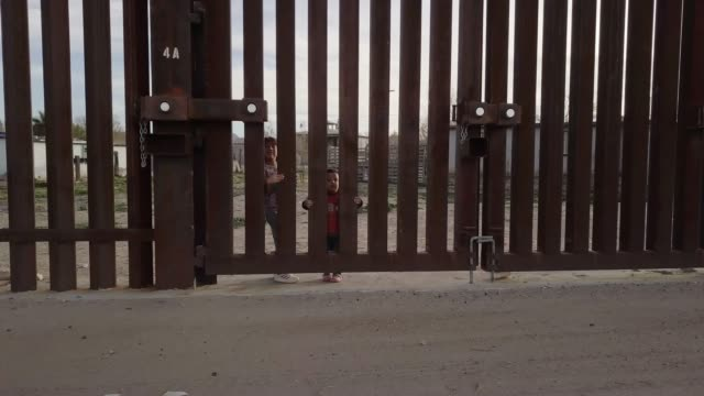 the united states mexico international border wall between sunland park new mexico and puerto anapra, chihuahua mexico - muro video stock e b–roll