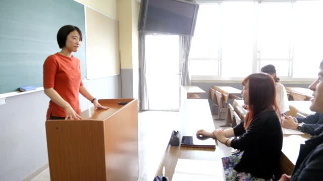 der student der universität, der präsentation gibt - dozenten stock-videos und b-roll-filmmaterial