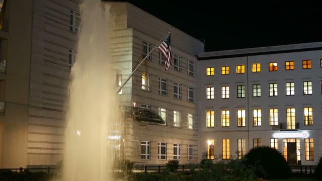 der us-amerikanische botschaft in berlin am abend. 4 k - reisebüro stock-videos und b-roll-filmmaterial