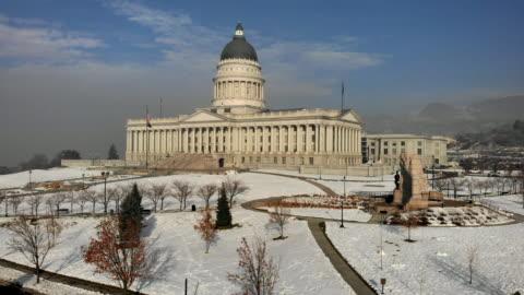 vídeos de stock e filmes b-roll de the utah state capitol building in salt lake city on a hazy winter morning - capitais internacionais