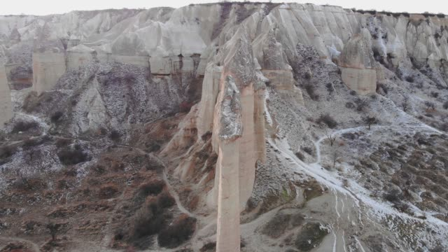dondurucu kış aylarında türkiye'nin göreme kapadokya'sında aşk vadisi - fallus şeklinde stok videoları ve detay görüntü çekimi