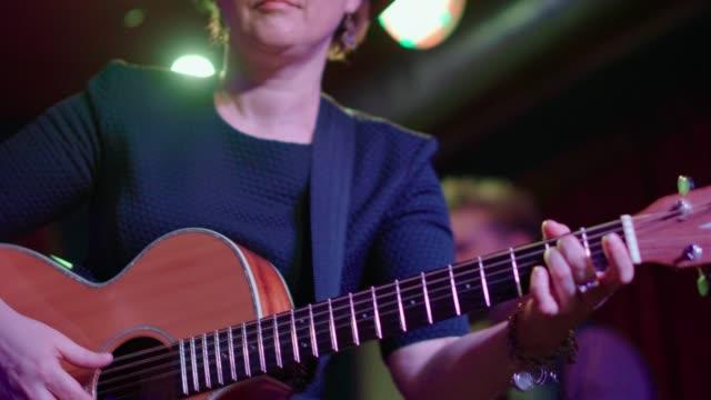 den video porträtt av de mogna, 45 år, kvinna, musiker och sångare, bär steampunk kostym med hatt och googles - gitarrist bildbanksvideor och videomaterial från bakom kulisserna