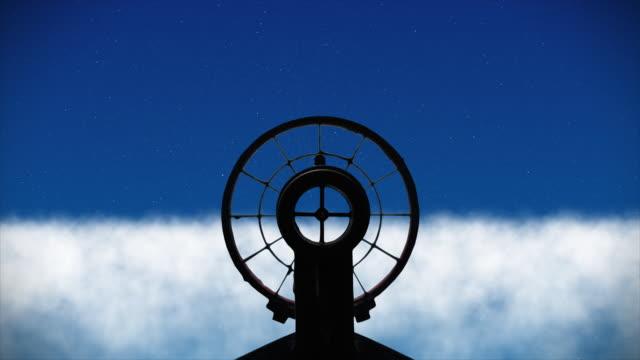 vidéos et rushes de la vue d'un avion de chasse comme il vole au-dessus des nuages regardant à travers son anti-aérien gun-sight - mitrailleuse