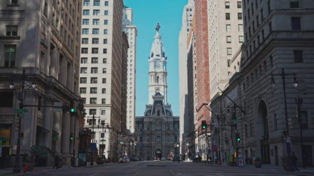 The view on Philadelphia City Hall from South Broad Street. Forward camera motion. - vídeo