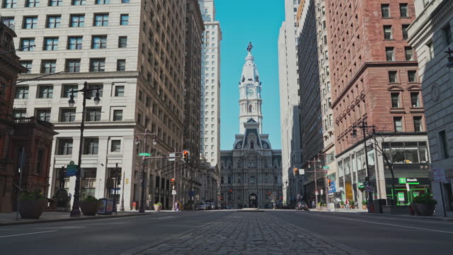 The view on Philadelphia City Hall from South Broad Street. Upward camera motion. - vídeo