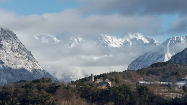 The village church of Chauffayer with moving clouds over the Olan peak in the Vaulgaudemar Valley (Time-Lapse). Ecrins National Park, Hautes-Alpes, Alps, France - vídeo