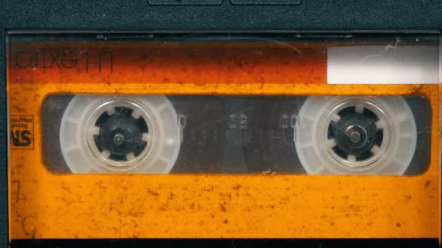 テープ レコーダーでビンテージの黄色のカセットの回転します。 - 腐敗点の映像素材/bロール
