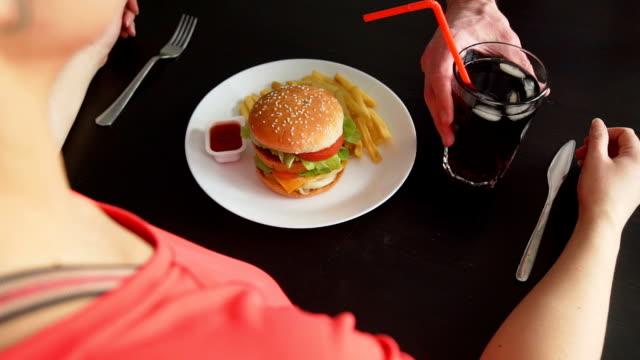 vidéos et rushes de le serveur changeant la restauration rapide à healhy food - tentation
