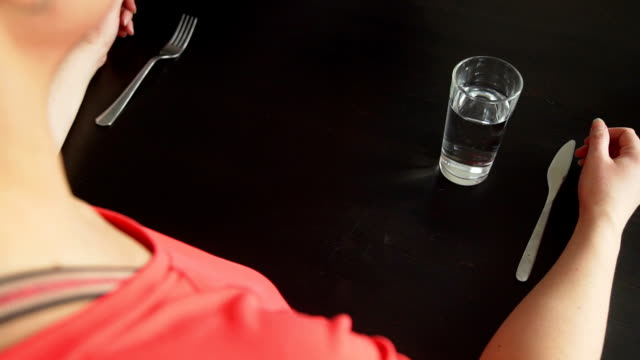 vidéos et rushes de le serveur changeant la nourriture healhy à la restauration rapide - tentation