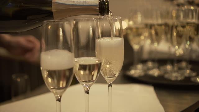 vidéos et rushes de le serveur verse du champagne dans des verres, gros plan. -stock vidéo - champagne