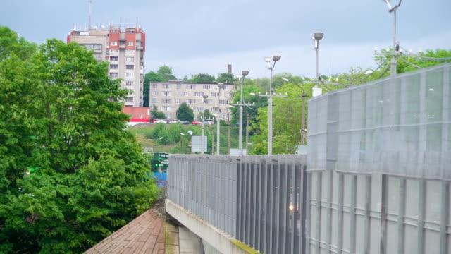 stockvideo's en b-roll-footage met de muur van de brug aan de grens og narva en rusland - estland