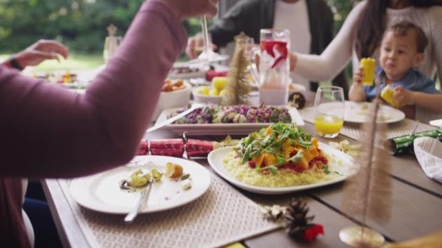 il calore del natale ci avvicina - pranzo di natale video stock e b–roll