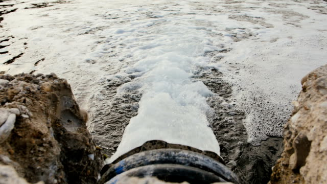 vídeos y material grabado en eventos de stock de la tubería de agua residual de la aldea en el canal - material de construcción
