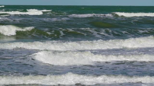 vídeos de stock e filmes b-roll de the waves on the sea going to the coastal area - berma da estrada