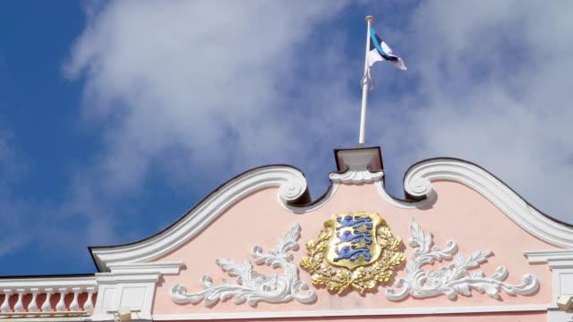 stockvideo's en b-roll-footage met de wapperende vlag van estland betreffende de toompea gebouw in tallinn, estland - estland
