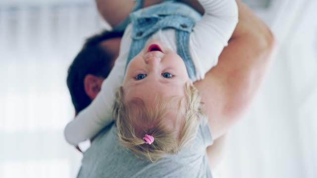 vídeos de stock, filmes e b-roll de o pai mais rico tem seus braços cheios de amor - pai e filha
