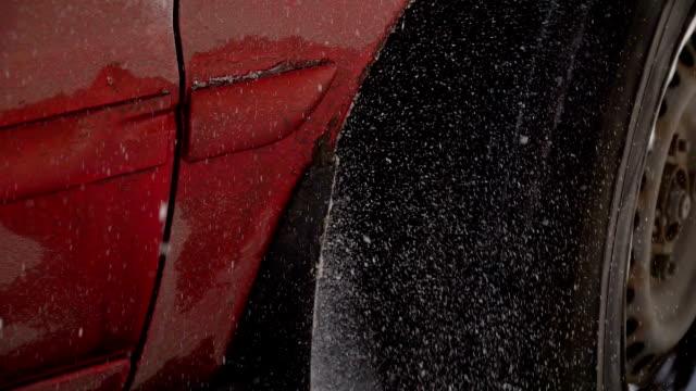 vídeos y material grabado en eventos de stock de la rueda del coche en el camino cubierto de nieve. invierno y malas condiciones climáticas. problemas de conducción debido a fuertes nevadas. - nieve amontonada